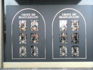 Schaufensterbeklebung am KaDeWe mit Folie Mattschwarz und Ornamenten aus Glanzgold