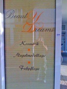 Schaufensterbeklebung bei Beauty Dreams mit Folie Schwarz und Orange