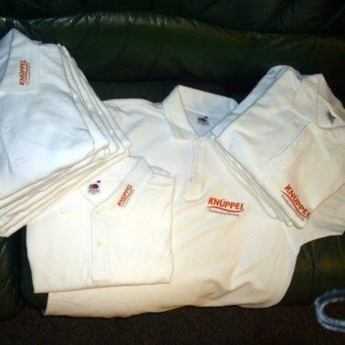 Textildruck Kragen und Brustbeschriftung mit oranger Flexfolie für Firma Knüppel