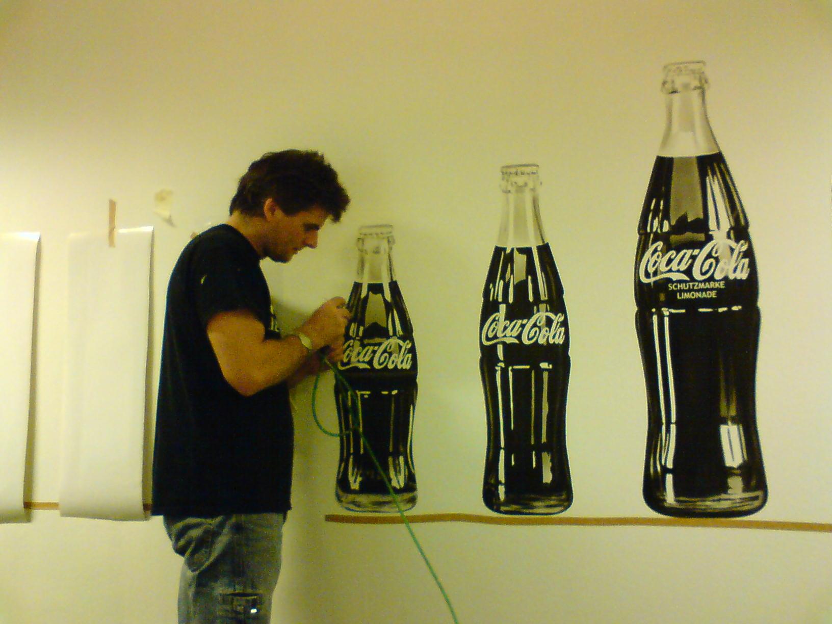 Airbrush Wandbemalung Meetingraum Coca Cola Flaschen Making of - Arbeiten mit Torsten Rachu - Top-Airbrush