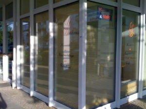 Fensteraufkleber im Folienplott