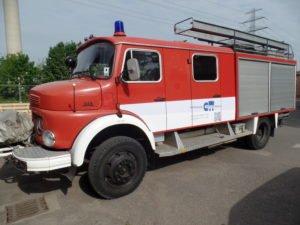 Beschriftung einer Alten Feuerwehr mit Firmenlogo