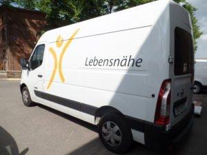 Beschriftung eines Transporter mit Firmenlogo